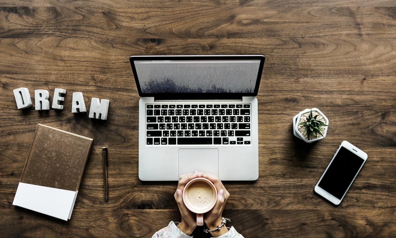 mesa com notebook - rotina de estudos